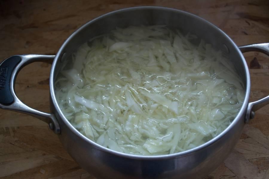 К кипящему картофелю добавьте капусту. Продолжайте варить.