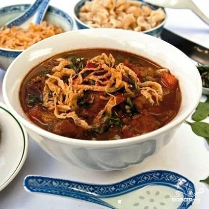 Подаем следующим образом: кладем в тарелку много клецек, заливаем супом, сверху украшаем тонко нарезанным яичным блинчиком. Приятного аппетита!