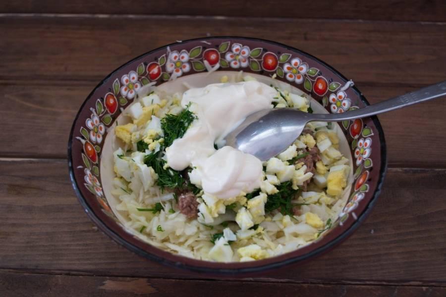 Добавьте в салат нарезанные яйца, натертый на терке сыр. Заправьте сметаной и перемешайте.