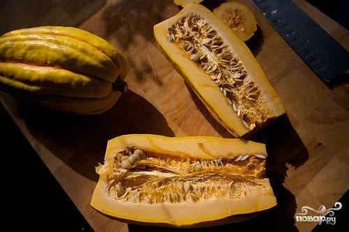1. Разогреть духовку до 200 градусов. Сквош разрезать пополам в длину и удалить семена.