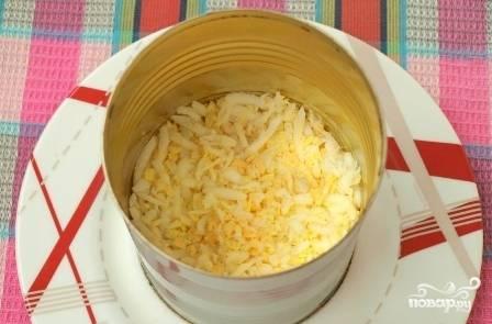 Теперь выкладываем яичный слой, тоже смазываем его майонезом.