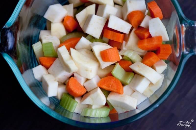 Почистите и нарежьте все овощи. Но картофель, нарезанный небольшими кубиками, сложите отдельно.