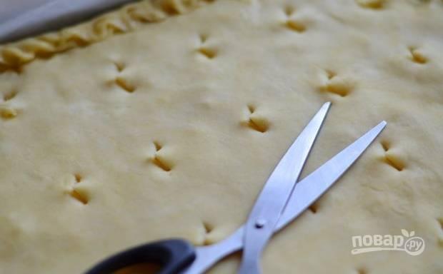 17. Сделайте небольшие отверстия для выхода пара. Все, можно отправлять пирог в разогретую до 180 градусов духовку.