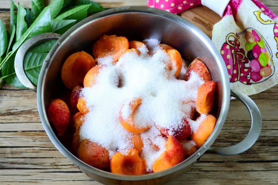 Засыпьте абрикосы сахаром и оставьте на 30-40 минут, время от времени помешивайте, чтобы выделилось как можно больше сока.