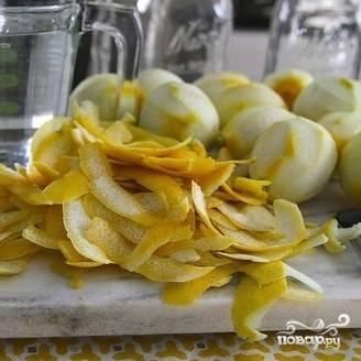 Лимоны тщательно моем (вы же не хотите пить грязный напиток), ножом срезаем с них кожицу.