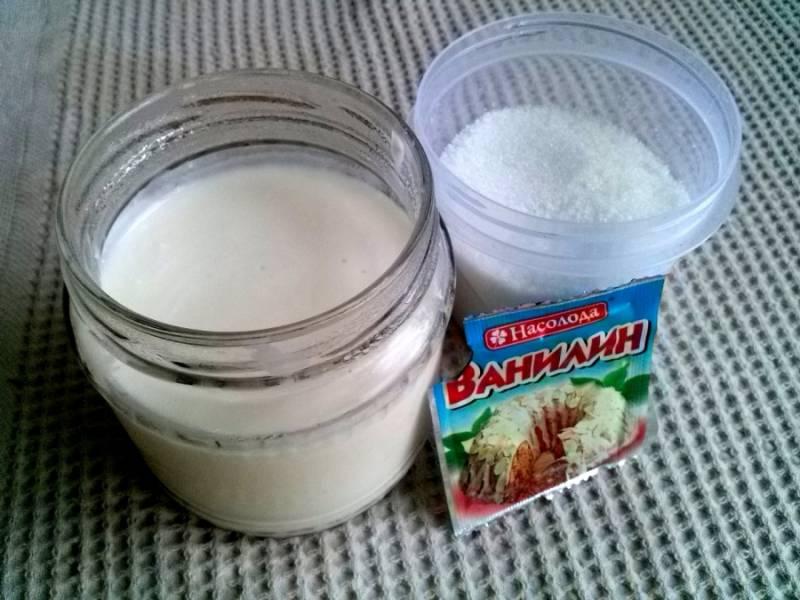 5. Пока коржи пекутся, можно приготовить крем. Для этого взбейте миксером сметану с сахаром и ванилью.