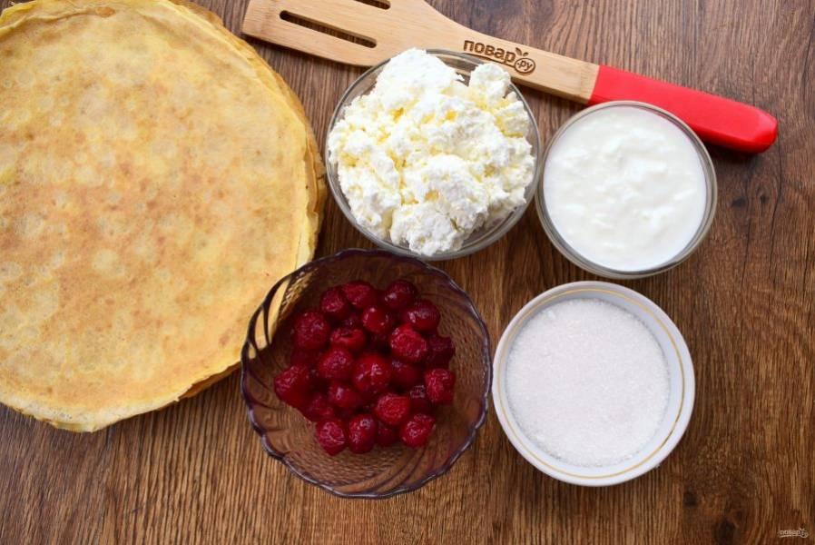 1.    Подготовьте необходимые продукты. Свежезамороженные клубнику и вишню разморозьте при комнатной температуре, сок не выливайте.