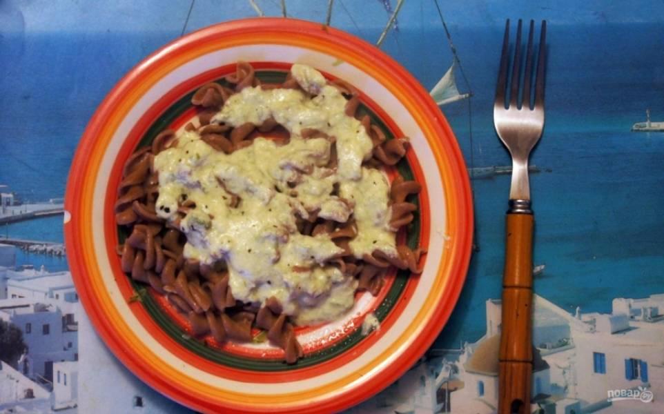 4.Готовые макароны откидываю на дуршлаг, затем перекладываю в тарелку и щедро поливаю приготовленным соусом.