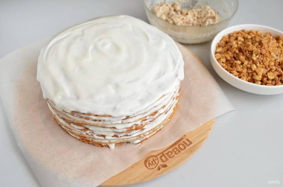 Нехитрым способом формируем торт, выкладывая коржи друг на друга и промазывая их кремом.