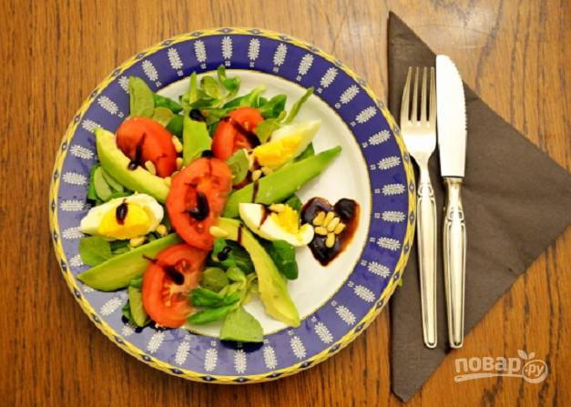 Салат с авокадо и помидорами