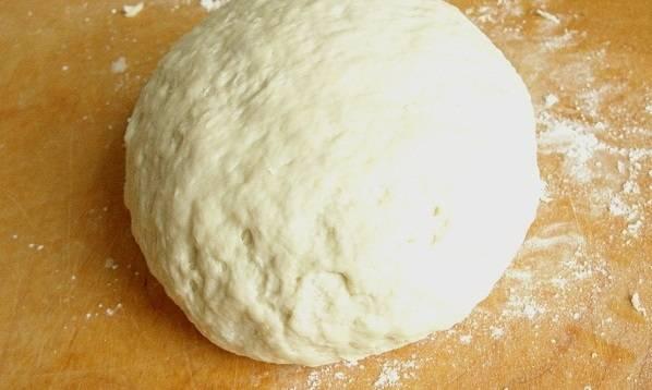 5. Влить в муку опару и замесить тесто. Оно не должно быть слишком крутым. Оставить его всего на 20-25 минут в теплом месте.