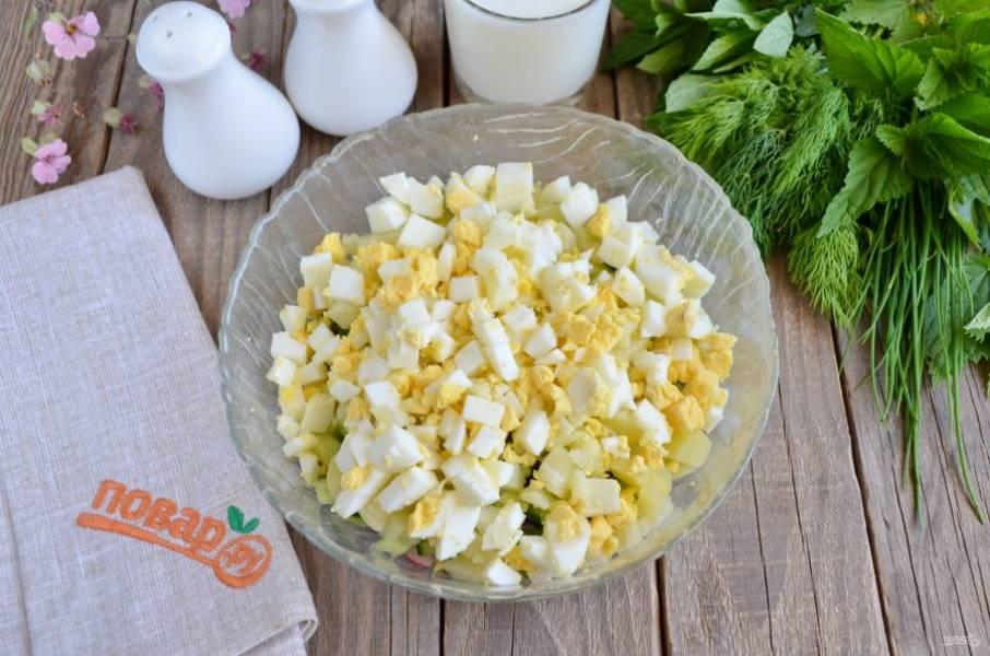 Кубиками порежьте вареные яйца. Для супа должны быть порезаны все продукты одинаково, чтобы были одного размера.