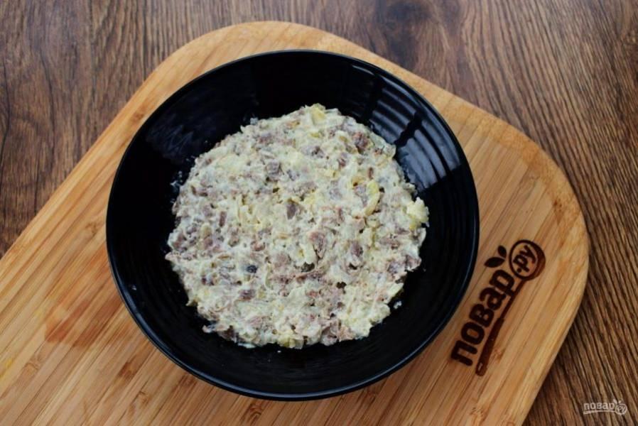 3.     Выкладывайте салат слоями. Первый слой – куриное мясо соедините с 2 ст.л. майонеза.