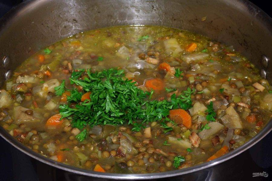 7.Нарежьте мелко петрушку и выложите в суп, доведите по вкусу специями.