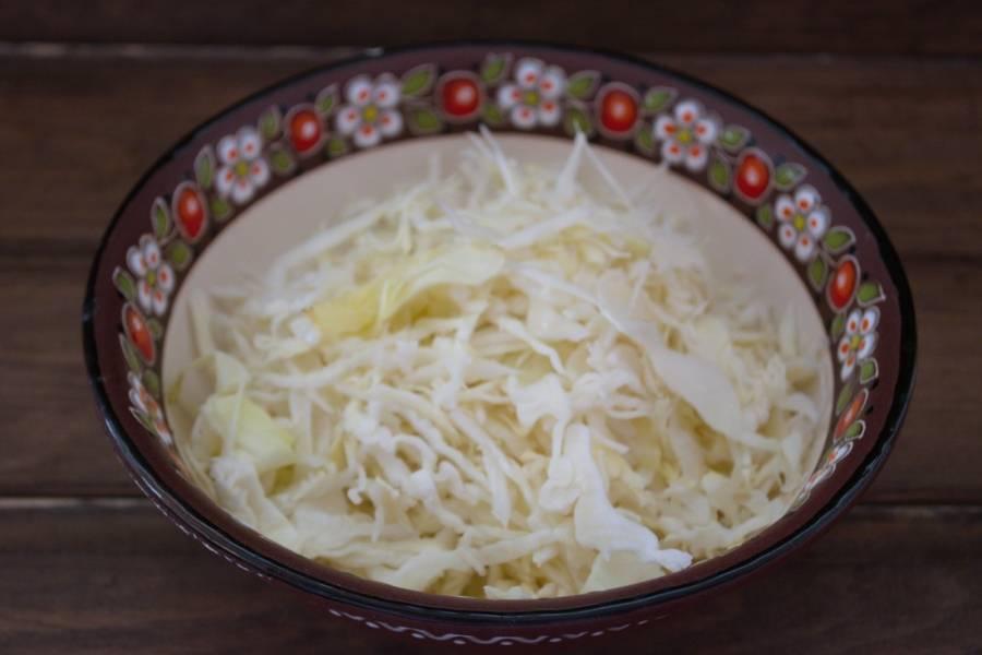 Капусту белокочанную нашинкуйте очень тонко. Посолите и поперчите. Можно добавить немного сахара. Помните руками, чтоб капуста пустила сок.