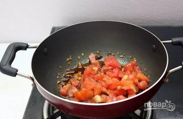 5. Выложите помидоры, перемешайте и обжаривайте минуты 3.