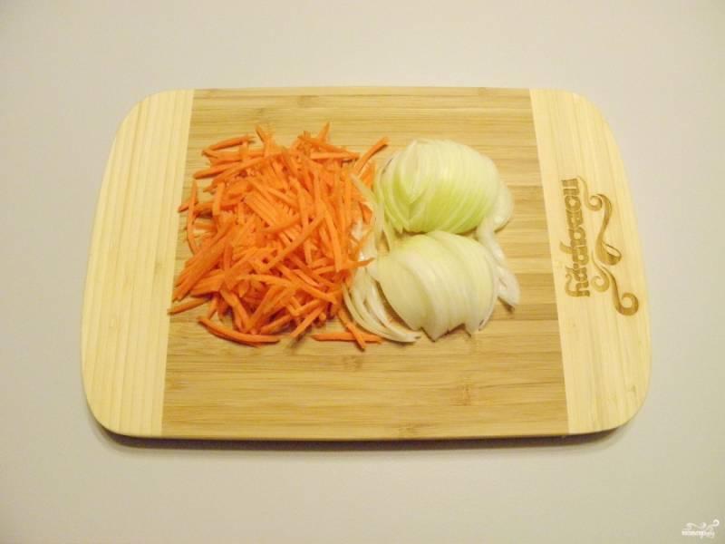 Очищенные и вымытые овощи порежьте мелко, можно воспользоваться для измельчения моркови теркой.