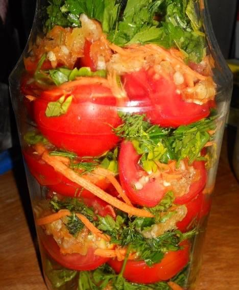 5. Теперь смешайте измельченные ингредиенты с помидорами, добавьте уксус, сахар, соль и приправы и отправляйте по стерилизоанным баночкам. Я хранила один год такие заготовки под капроновыми крышками в холодном месте - простояли четыре месяца.