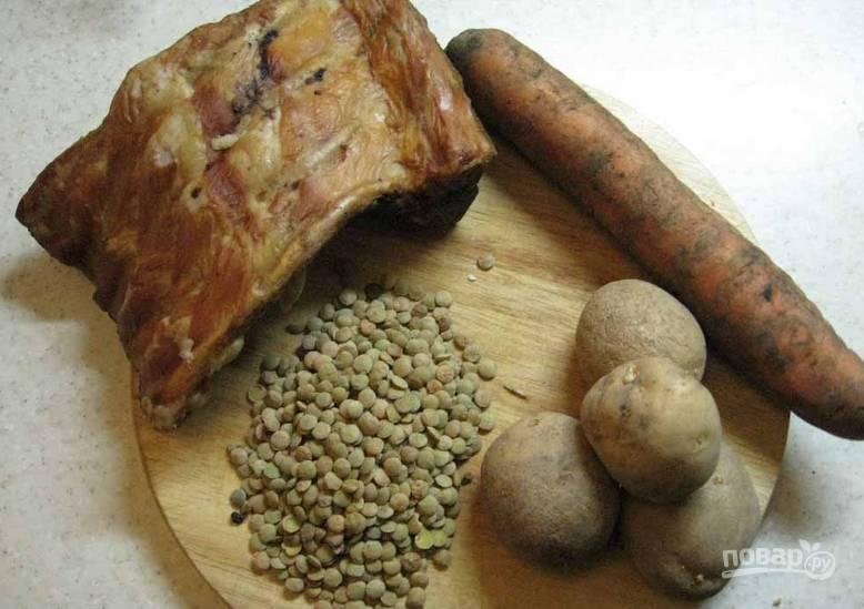 Подготовьте необходимые ингредиенты. Копченые ребра промойте. Овощи также моем и очищаем.