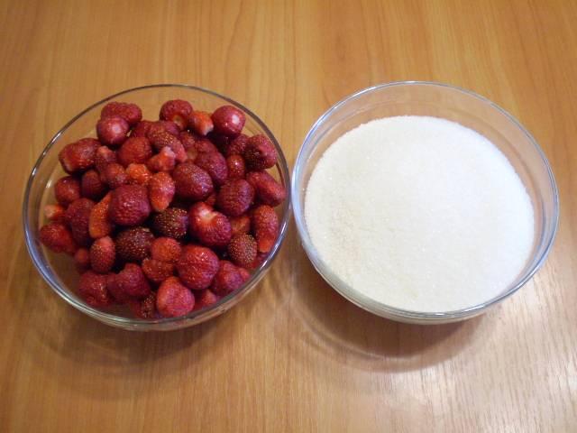 2. Моем ягоды тщательно, обрываем хвостики, отмеряем сахар.