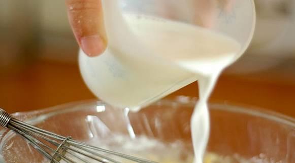 Добавить молоко, сахар, соль, пекарский порошок и замесить тесто. В конце добавить масло.