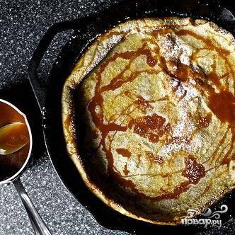 4. Вылейте тесто на раскаленную сковороду половником и жарьте с двух сторон, пока блин не станет коричневого цвета. Выложить блин на блюдо и посыпать сахарной пудрой (если она используется) и полить приготовленным карамельным сиропом.