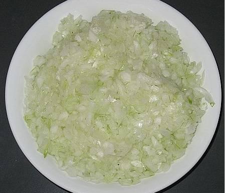 """1. Как сделать ленивые манты? Все очень просто. Для начала необходимо замесить крутое тесто, используя яйцо, немного соли, муку и воду. Готовое тесто отложить в сторону, чтобы оно немного """"отдохнуло"""". Тем временем нужно очистить и нарезать мелким кубиком лук."""