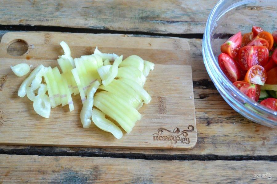4. Сладкий перец порежьте соломкой.
