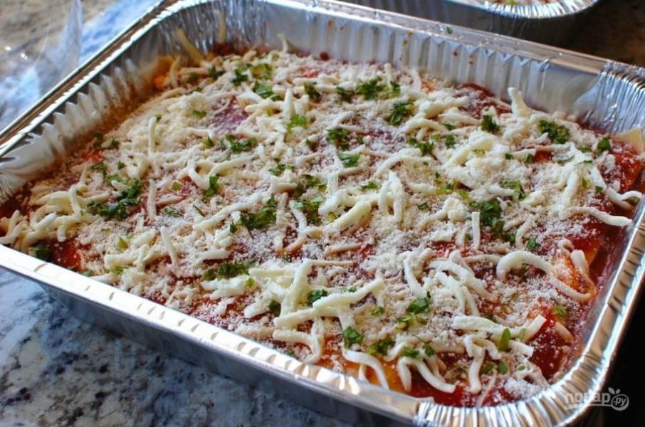 18.Посыпьте лазанью тертым сыром «Моцарелла», добавьте свежий измельченный базилик.
