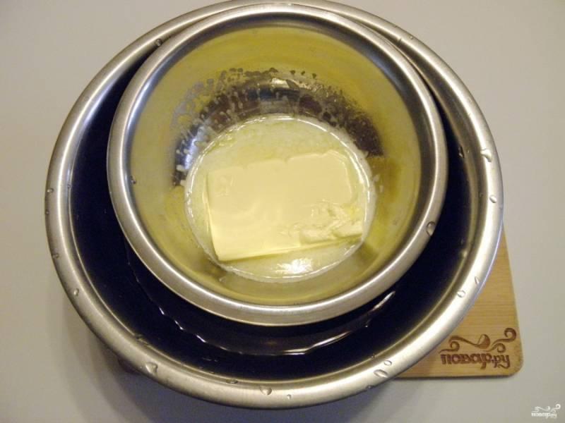 Сливочное масло растопите на водяной бане.