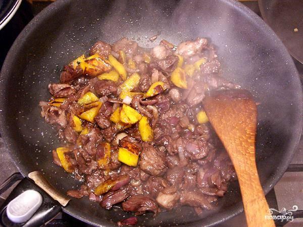 Тем временем в другой сковороде обжариваем в растительном масле мелко нарезанные кусочки баранины, репчатый лук и немного тыквенной мякоти.
