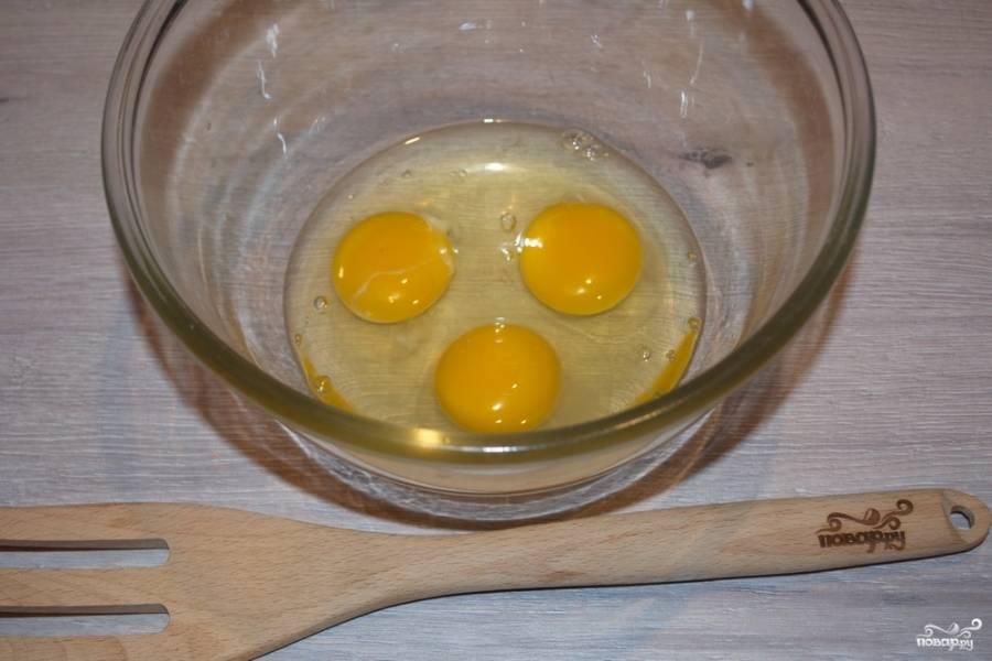 В миску поместите яйца. Слегка взбейте их венчиком.