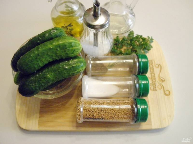 Подготовьте овощи и специи для консервирования, также вам понадобятся стерильные баночки и крышки. Приступим. Огурцы тщательно вымойте и замочите на пару часиков в холодной воде.