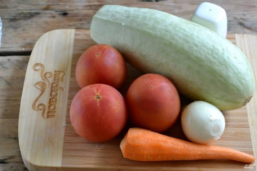 Подготовьте все необходимые ингредиенты. Очистите лук и морковь. Хорошо промойте все овощи.