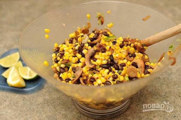 Салат с жареными грибами и кукурузой