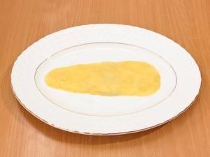 На тарелку выложить картофель в виде морковки. Немного посолить, смазать майонезом.