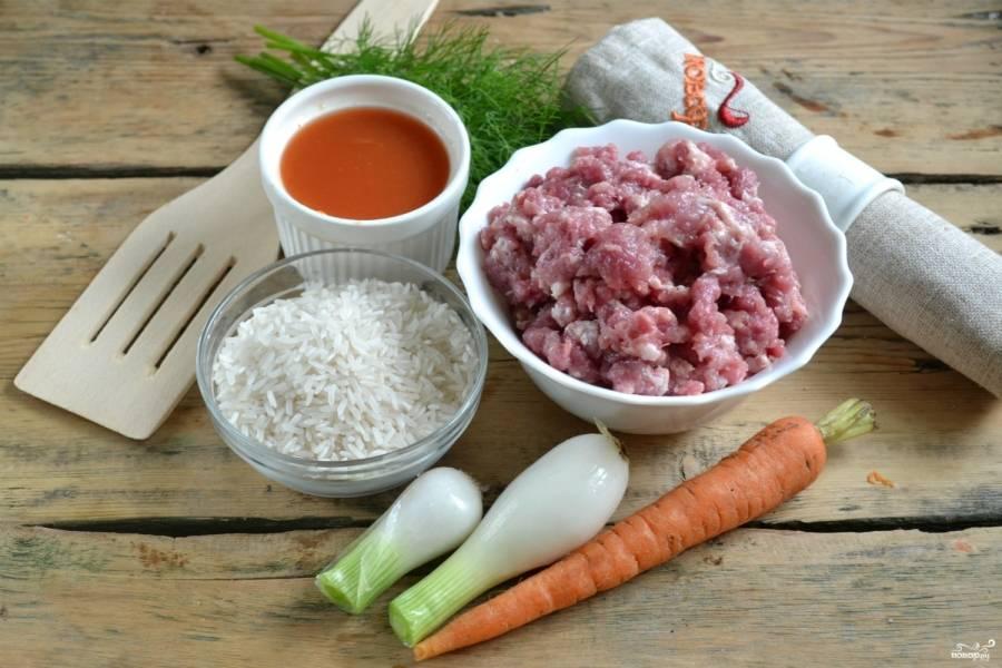 Подготовьте необходимые ингредиенты. Свинину пропустите через мясорубку. Рис промойте, почистите лук и морковь.