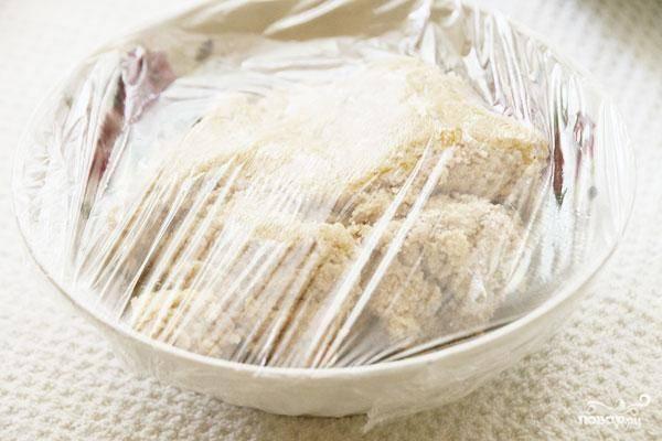 Получившееся тесто накрываем пленкой и ставим в холодильник минут на15.