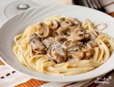Слейте воду из готовых спагетти и смешайте из с соусом. Подавать немедленно. Приятного аппетита!