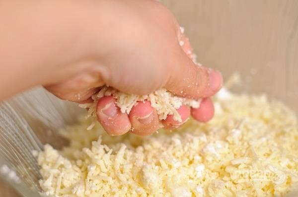 3. На терке натрите сыр, добавьте творог и при желании соль и перец. Тщательно перемешайте. Разделите на 4 части и сформируйте шарики.