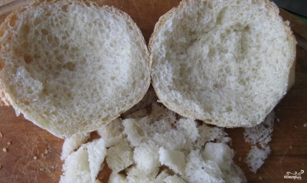 1. Булки разрезаем на половинки, серединки (мякоть) аккуратно вынимаем, чтобы получились корзиночки. Части мякиша булочки обжарим на растительном масле, чтобы получились сухарики.
