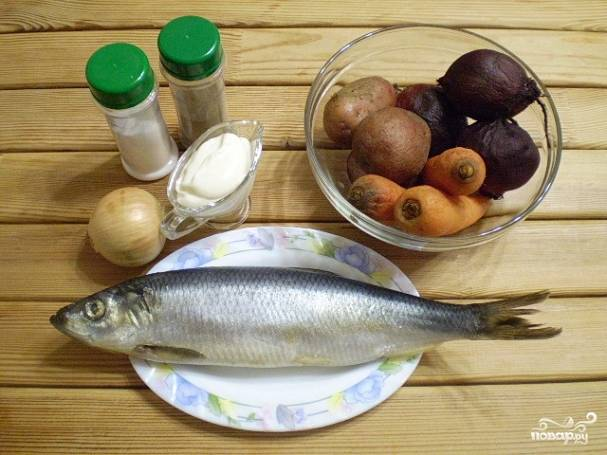 Приготовьте овощи и рыбу. Отварите свеклу, картофель и морковь до готовности в кожуре. Остудите.