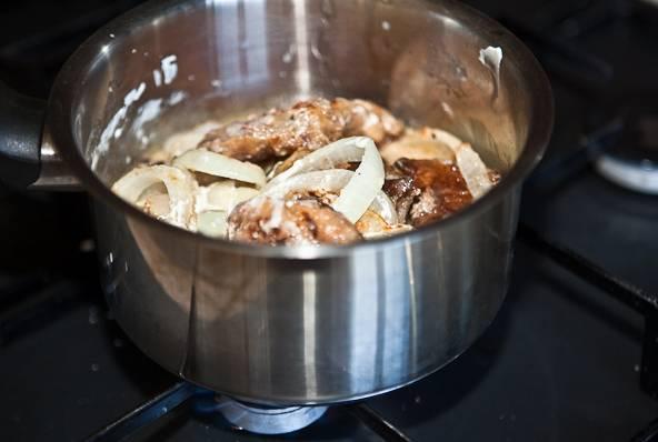 Можно тушить просто в сметане, можно делать на ее основе соусы, добавив столовые ложки муки.