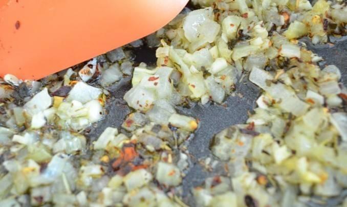 Шаг 2. Добавьте чеснок и лук на сковороду. Поджарьте до мягкости.