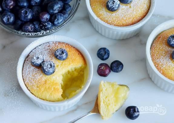 5. Запекайте кексы-пудинги в духовке при 180 градусах в течение 45 минут. Подавайте десерт тёплым. Добавьте сахарную пудру, фрукты и ягоды по желанию. Приятного чаепития!