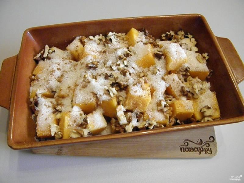Добавьте немного корицы молотой, мускатный орех. Перемешайте и поставьте в духовку. Температура 180 градусов, время — 30 минут.