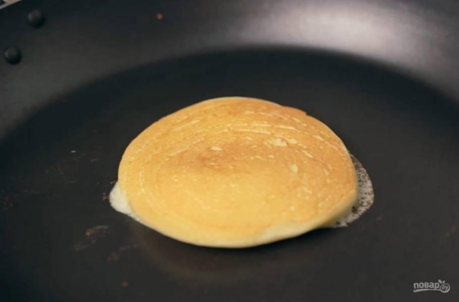 5. Далее обжарьте панкейки на сухой сковороде с обеих сторон до золотистого цвета (переворачивайте их, когда одна сторона начнет немного покрываться пузырями). Приятного аппетита!