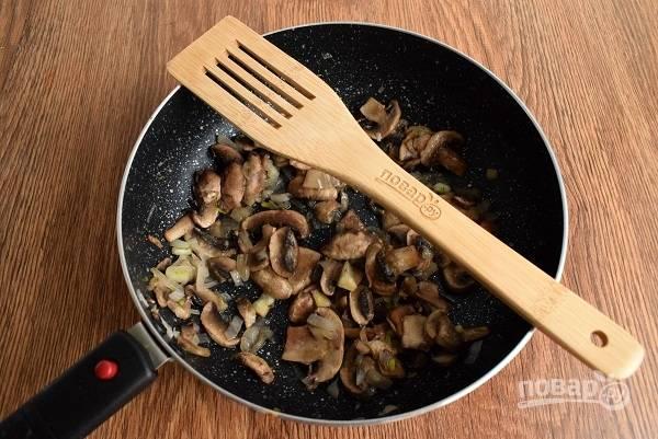 Масло разогрейте на сковороде. Лук мелко нарежьте, грибы — на ломтики. Лук пассеруйте 1-2 минуты, добавьте грибы, мускатный орех. Готовьте, помешивая, еще 1-2 минуты, чтобы грибы впитали в себя ароматы специй и лука. Снимите с огня.
