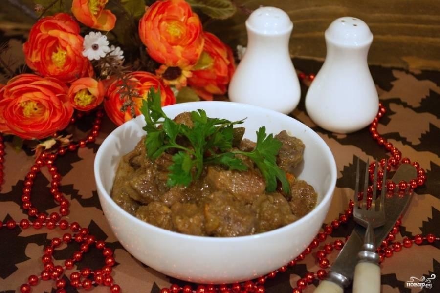 Когда мясной сок уварится на половину, добавляем в сотейник 2 стакана кипяченой воды и на маленьком огне тушим мясо около 1,5-2 часов. В конце приготовления мясо солим, добавляем еще специй если необходимо. Мясо так утушиватся,что буквально его можно жевать без зубов.