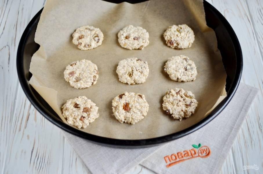 Придайте шарикам форму печенья. Выложите на пекарскую бумагу и отправьте в духовку на 25 минут, температура 180 градусов.